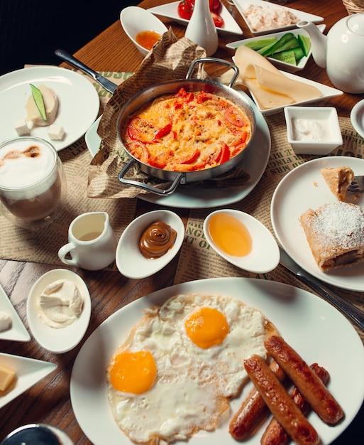 Café da manhã em cima da mesa Foto gratuita