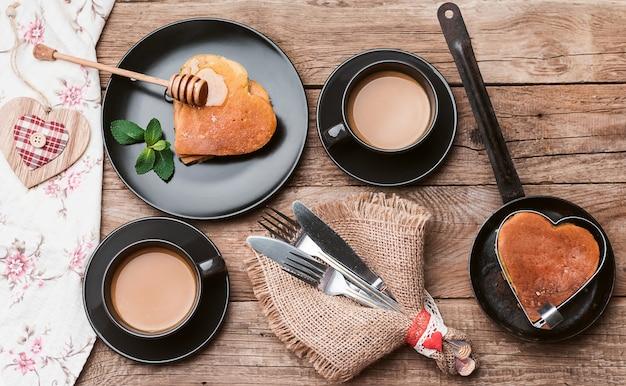 Café da manhã em estilo rústico de corações punk. café da manhã romântico Foto Premium