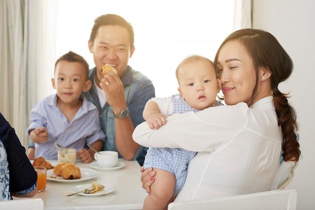 Café da manhã em família na luz solar Foto gratuita