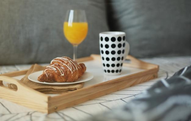 Café da manhã estilizado na cama. Foto Premium