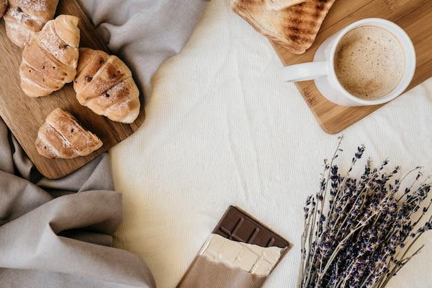 Café da manhã fresco e doce na cama Foto gratuita