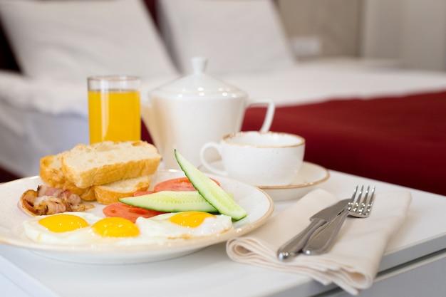 Café da manhã na cama no quarto de hotel Foto Premium