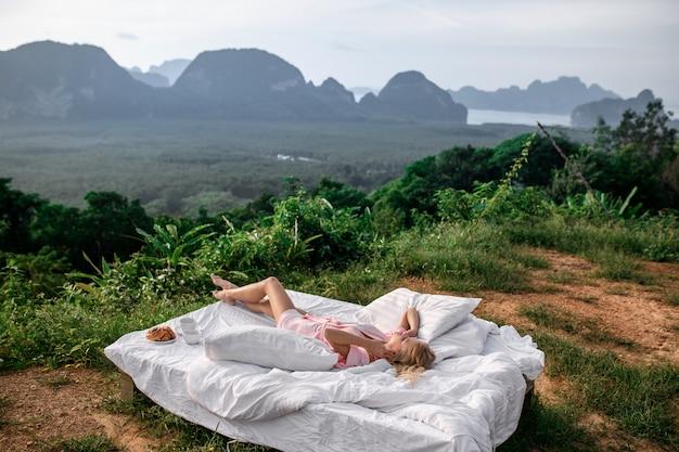 Café da manhã na natureza na cama. Foto Premium