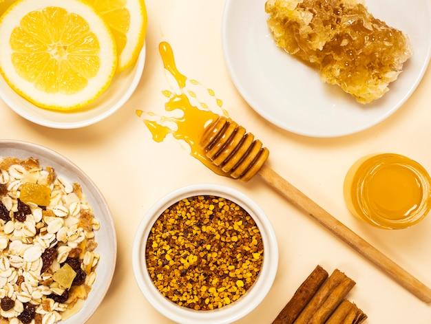 Café da manhã orgânico saudável na superfície branca Foto gratuita
