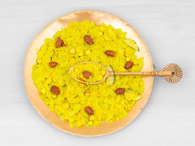 Café da manhã popular picante e friável indiano poha chivda Foto Premium
