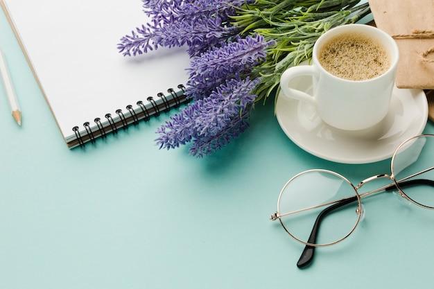 Café da manhã quente com flores de lavanda alta vista Foto gratuita