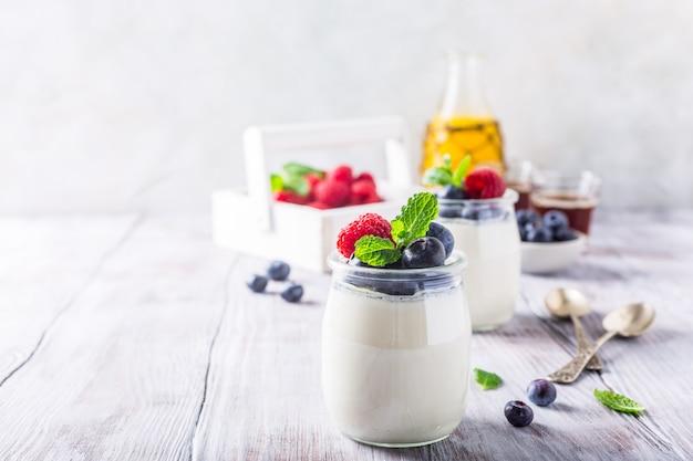 Café da manhã saudável com iogurte natural e frutas Foto Premium