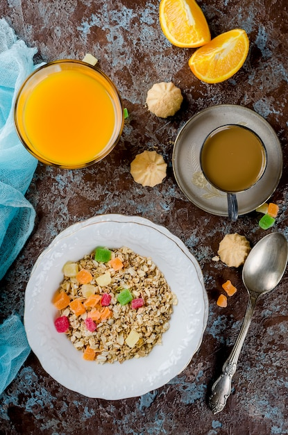 Café da manhã saudável conjunto granola, café e suco Foto Premium