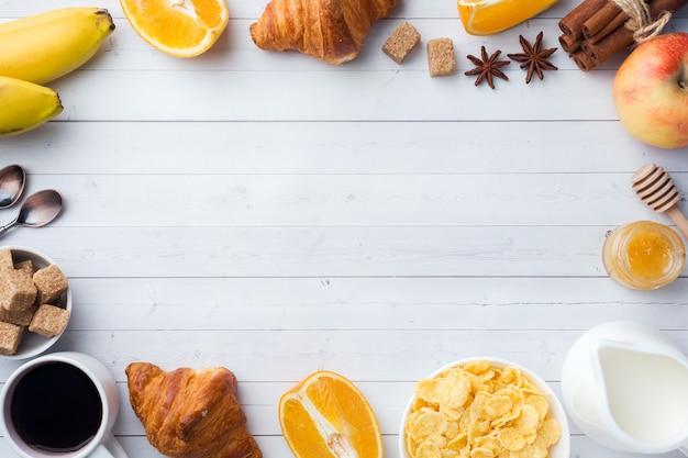 Café da manhã saudável de croissants de café, leite, mel e frutas. dieta balanceada. copie o espaço Foto Premium