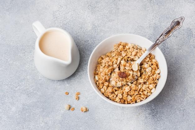 Café da manhã saudável. granola fresca, muesli com iogurte Foto Premium