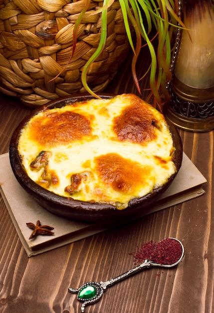 Café da manhã saudável. lasanha, ou caçarola, ou uma torta de carne assada no forno com queijo derretido no topo Foto gratuita