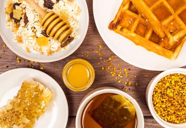 Café da manhã saudável na mesa de madeira Foto gratuita