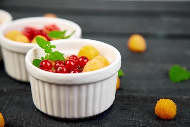 Café da manhã saudável nas bacias brancas. Foto Premium