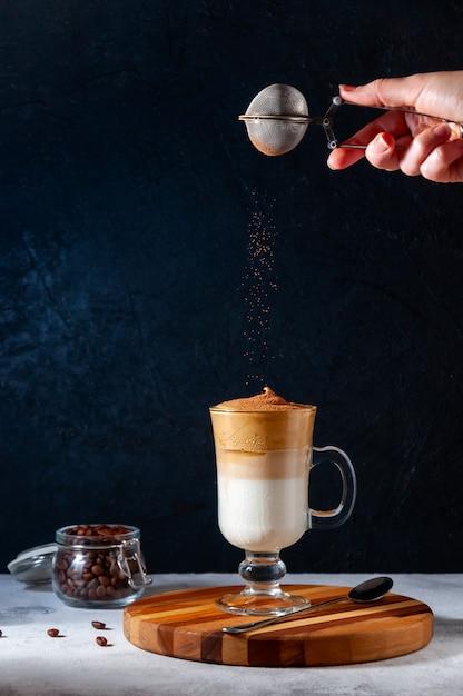 Café dalgona gelado em um copo em fundo escuro Foto Premium