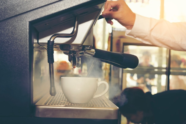 Café de barista que faz o conceito do serviço da preparação do café Foto Premium