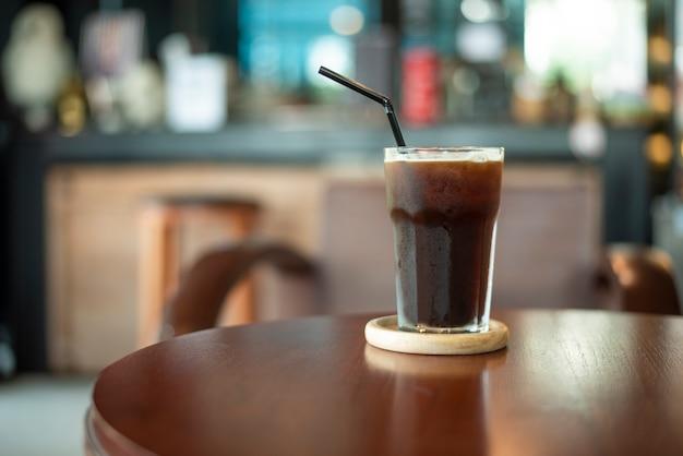 Café de gelo preto na mesa de madeira Foto Premium