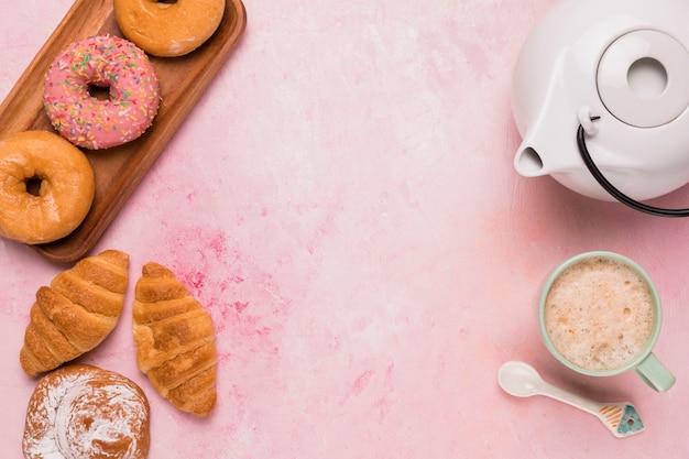 Café doce com pastelaria diferente Foto gratuita