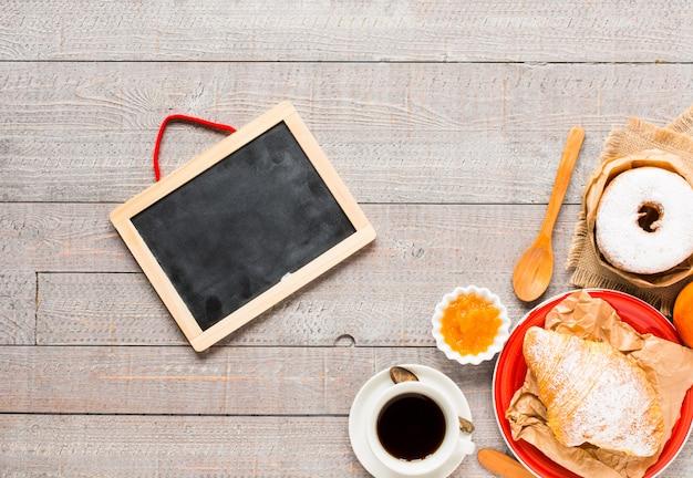 Café e croissant no café da manhã, vista superior Foto Premium