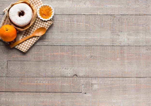 Café e croissant no café da manhã vista superior Foto Premium