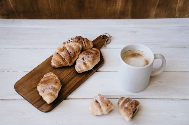 Café e cruzeiros para café da manhã Foto gratuita