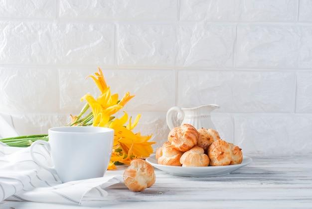 Café e éclairs em um fundo branco Foto Premium