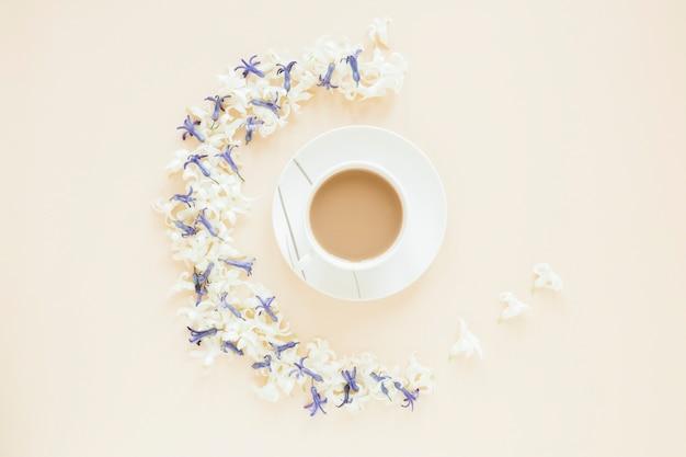 Café e flores Foto gratuita