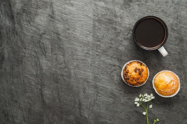 Café e muffins para café da manhã Foto gratuita