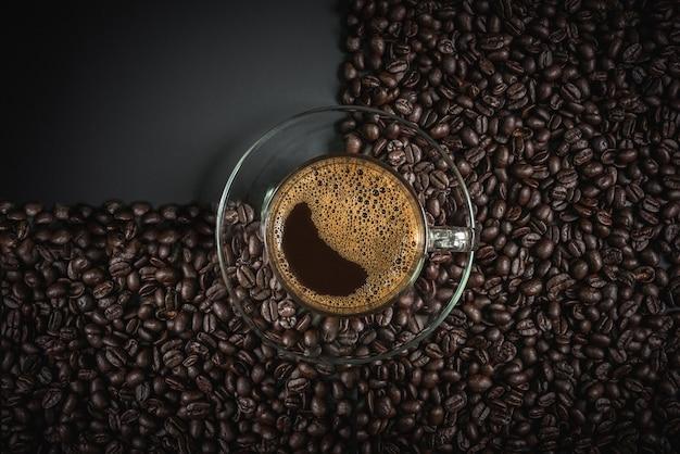 Café em um copo na mesa de madeira Foto Premium