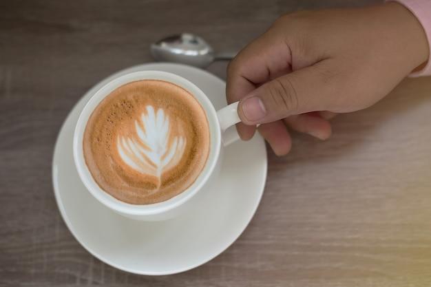 Café em uma xícara branca em cima da mesa. Foto Premium
