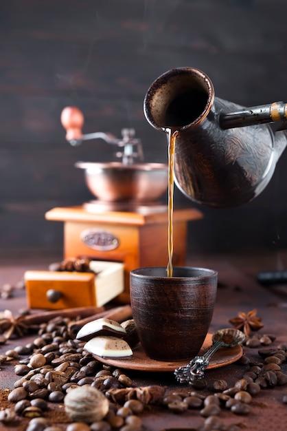 Café está derramando para o copo. Foto Premium