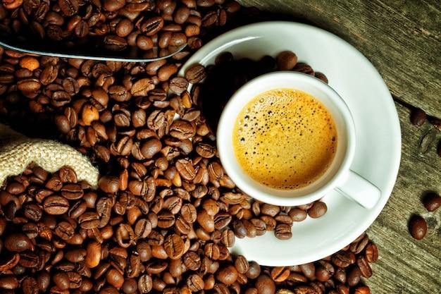 Café expresso e grãos de café Foto Premium