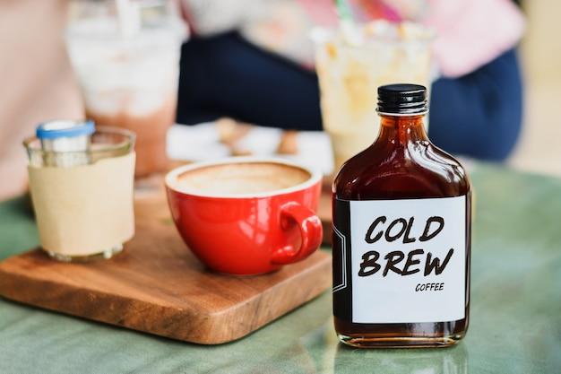 Café frio em uma garrafa de vidro para levar Foto Premium