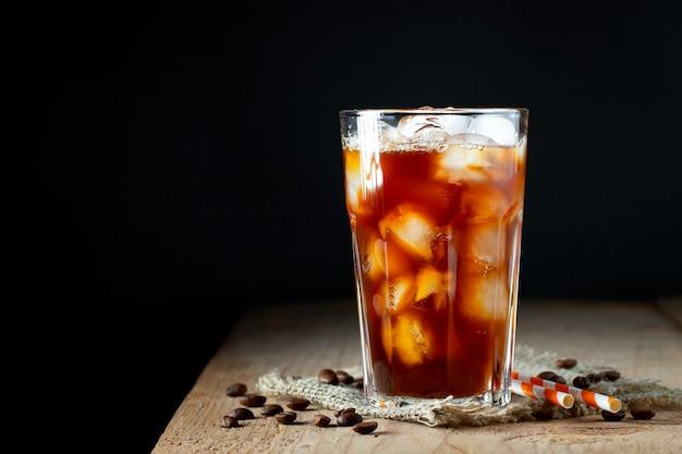 Café gelado em um copo alto com creme derramado. Foto Premium