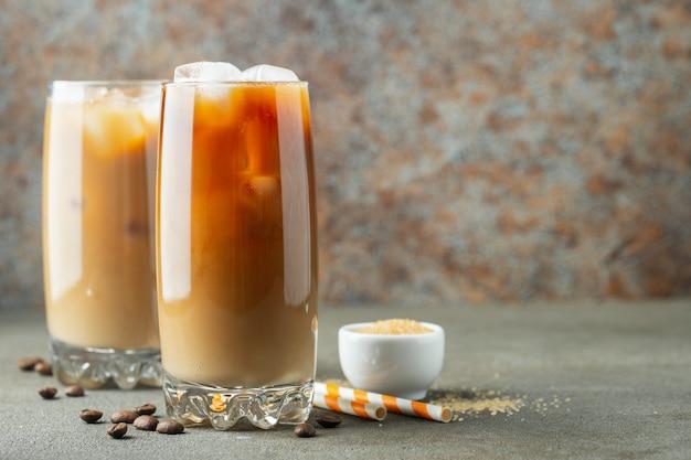 Café gelado em um copo alto com creme Foto Premium
