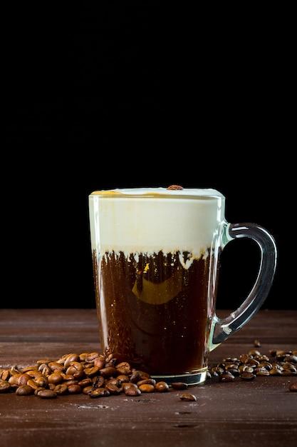 Café irlandês na superfície de madeira escura Foto Premium