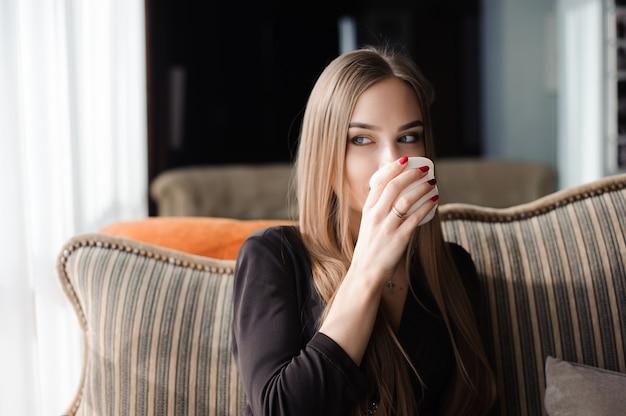 Café. linda garota, beber chá ou café no café Foto Premium