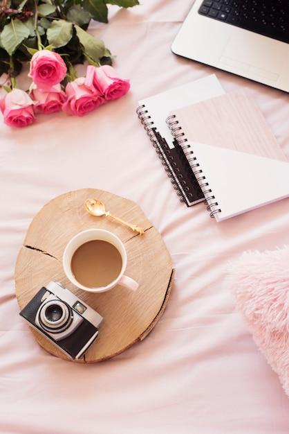 Café na cama. estilo de vida do blogger Foto Premium