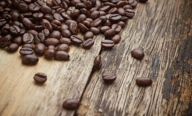 Café no fundo de madeira grunge Foto Premium