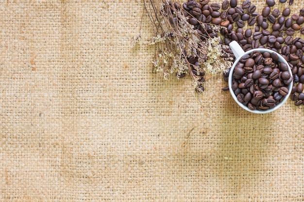Café no marrom do pano de saco, foco da vista superior. Foto Premium