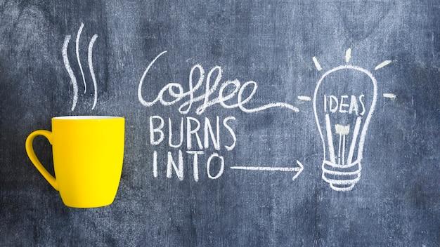 Café queima em lâmpada de ideia desenhada com giz na lousa Foto Premium
