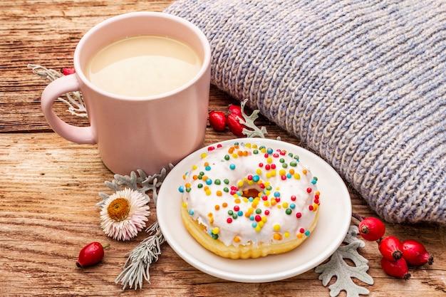 Café quente com um donut e decoração Foto Premium