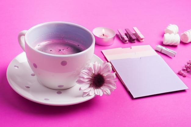Café rosa, notas em branco Foto Premium