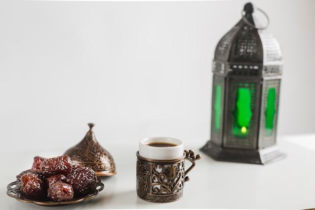 Café turco com doces e castiçal Foto gratuita