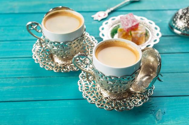 Café turco tradicional e manjar turco na superfície de madeira Foto Premium