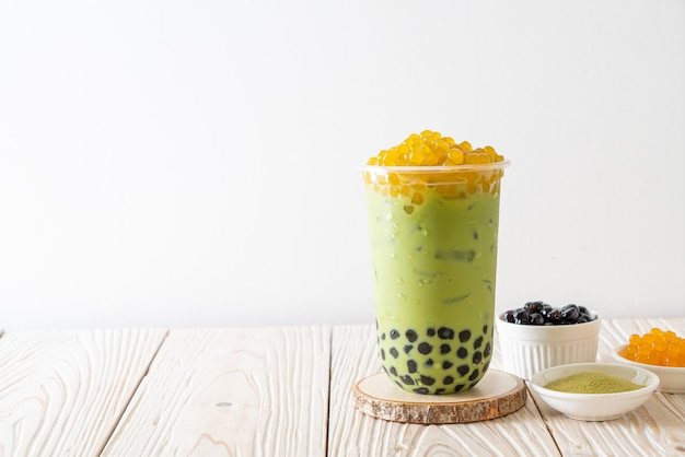Café verde com leite com bolhas de bolha e mel Foto Premium