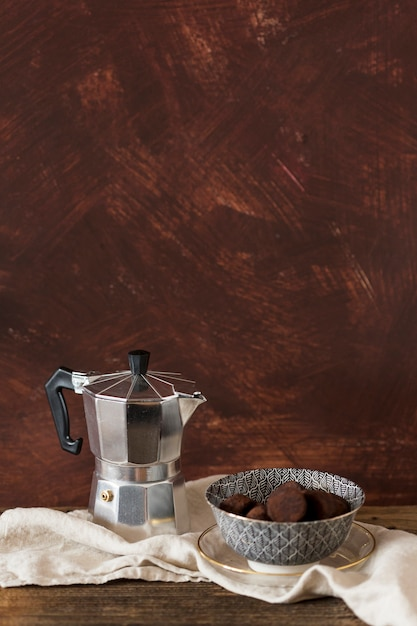 Cafeteira e trufas de chocolate Foto gratuita