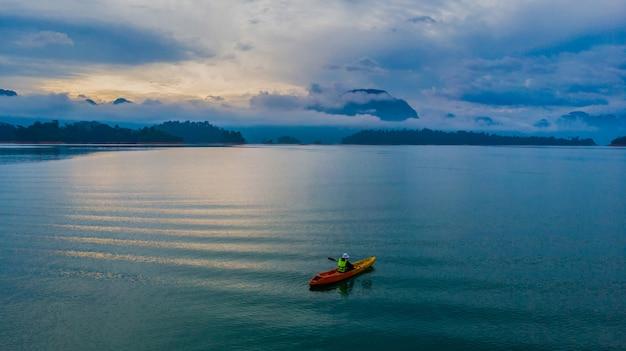 Caiaque em um lago, vista aérea Foto Premium