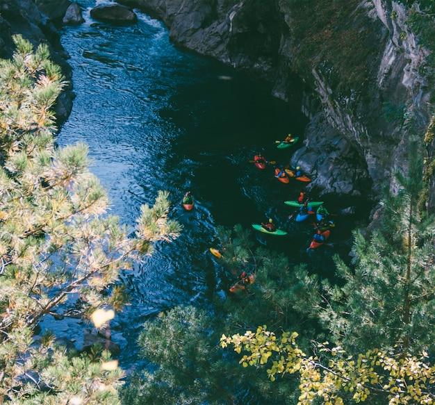 Caiaque esportista equipe desce em um caiaque de rio de montanha Foto Premium