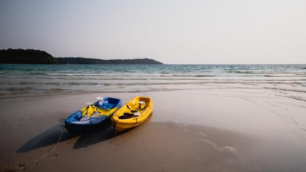 Caiaque na praia Foto Premium