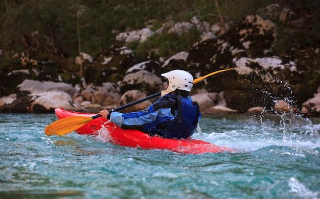 Caiaque no rio soca, eslovénia Foto Premium